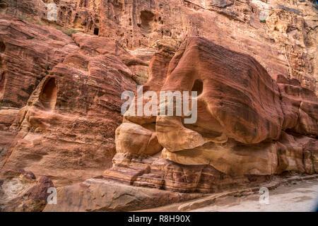 Felsen in der Schlucht Siq führt zu  Petra, Jordanien, Asien  |  roch formation at the narrow passage Siq that leads to  Petra, Jordan, Asia - Stock Photo