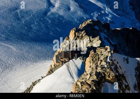 France, Haute-Savoie, Chamonix-Mont-Blanc, refuge du Requin from summit station of the Aiguille du Midi cable car - Stock Photo