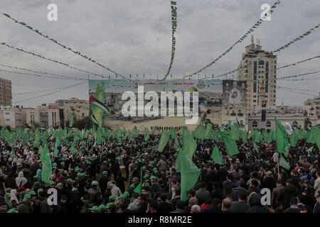Gaza City, Palestinian Territories. 16th Dec, 2018. Palestinians gather for a rally marking the 31st anniversary of the founding of the Islamist movement Hamas'. Hamas was founded in 1987, shortly after the Palestinian Intifada that broke out against the Israeli occupation of the Palestinian lands. Credit: Mohammed Talatene/dpa/Alamy Live News - Stock Photo