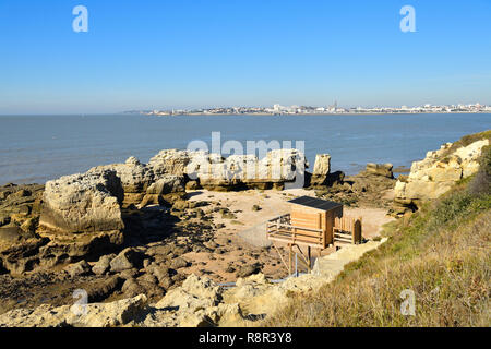 France, Charente Maritime, Royan, the seafront, hut on stilts for Carrelet (fisherman's hut) fishing net and in the background the church Notre Dame, completely built in concrete, conceived by the architect Guillaume Gillet - Stock Photo