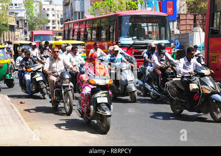 India: heavy traffic in the streets of Ahmedabad, the capital city of Gujarat - Stock Photo