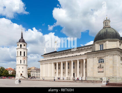 Vilnius Cathedral (Cathedral Basilica of St Stanislaus & St Ladislaus) and Belfry, Cathedral Square (Arkikatedros Aikštė), Vilnius, Lithuania - Stock Photo