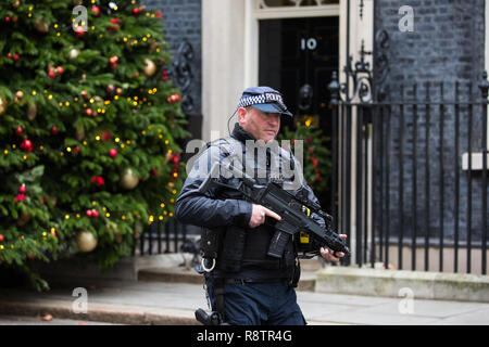 London, UK. 18th December, 2018. An armed police officer passes in front of 10 Downing Street during the final Cabinet meeting before the Christmas recess. Credit: Mark Kerrison/Alamy Live News - Stock Photo