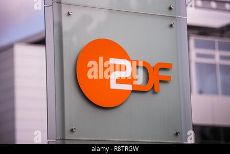 Mainz, Germany. 31st Aug, 2018. The ZDF logo is attached to Stehle on the outside area. The Second German Television (ZDF) is one of the largest public broadcasters in Europe with its headquarters in Mainz, the capital of Rhineland-Palatinate. Credit: Andreas Arnold/dpa/Alamy Live News - Stock Photo