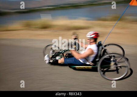 WA02962-00...WASHINGTON - Ed Farrar paralyzed from the chest down rides his hand crank tricycle on the Wenatchees Loop Trail. - Stock Photo