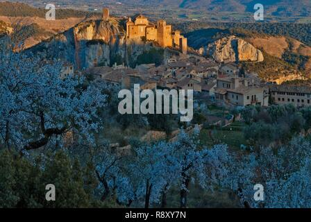 Spain, Aragon, Huesca, Alquezar, view of a medieval village perched on a rocky peak at sunset - Stock Photo