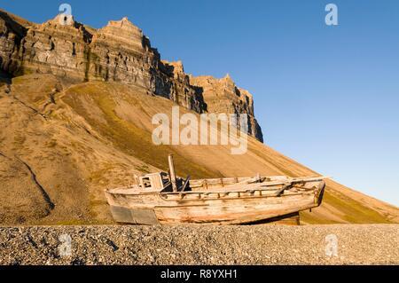 Norway, Svalbard, Spitsbergen, Isfjorden, Trygghamna, abandoned wooden boat, evening light - Stock Photo