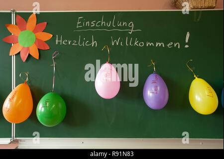 25.08.2010, Diekhusen-Fahrstedt, Schleswig-Holstein, Germany - Einschulung in der Grundschule Diekhusen mit Schriftzug -Herzlich Willkommen, Einschulu - Stock Photo
