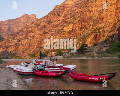 Boats at Lion Hollow campsite, Desolation Canyon north of Green River, Utah. - Stock Photo