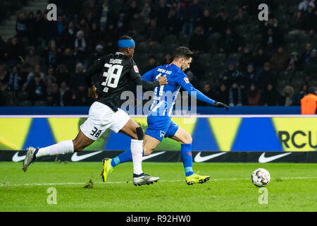 Berlin, Germany. 18th Dec, 2018. Mathew Leckie (R) of Hertha shoots during the Bundesliga match between Hertha BSC Berlin and FC Augsburg in Berlin, Germany, Dec. 18, 2018. The match ended in a 2-2 draw. Credit: Kevin Voigt/Xinhua/Alamy Live News - Stock Photo