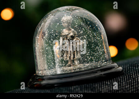 18 December 2018, Lower Saxony, Göttingen: Snow globe with the Gänseliesel. The original Göttinger Gänseliesel from 1901 is the landmark of the university town and adorns the fountain in front of the town hall. (to dpa 'From Steckenpferd to Löwenhelm - this is how Niedersachsen markets itself' from 19.12.2018) Photo: Swen Pförtner/dpa - Stock Photo