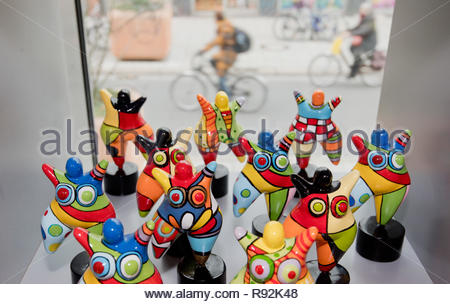 Hannover, Germany. 12th Dec, 2018. Nana figures by the artist Niki de Saint Phalle are available as souvenirs at the Tourist-Info Hannover. Credit: Julian Stratenschulte/dpa/Alamy Live News - Stock Photo