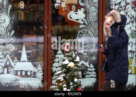 Moscow, Russia. 19th Dec, 2018. MOSCOW, RUSSIA - DECEMBER 19, 2018: A girl by the GUM Department Store. Valery Sharifulin/TASS Credit: ITAR-TASS News Agency/Alamy Live News