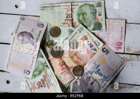 Izmir, Turkey. 14th Dec, 2018. Banknotes of the currency Turkish lira and Kurus coins. Credit: Jens Kalaene/dpa-Zentralbild/ZB/dpa/Alamy Live News - Stock Photo