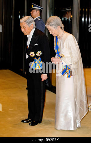 Tokyo, Japan. 29th Oct, 2014. Japanese Emperor Akihito and Empress Michiko waiting for the arrival of the Dutch King and Queen Maxima for a State Dinner at the Imperial Palace in Tokyo, Japan, 29 October 2014. The Dutch King and Queen are on a four-day state visit to Japan. Credit: Patrick van Katwijk/NETHERLANDS AND FRANCE OUT -NO WIRE SERVICE- |/dpa/Alamy Live News - Stock Photo