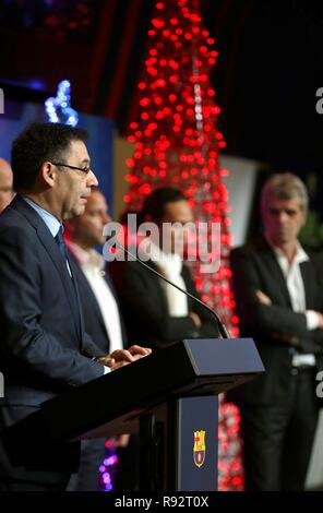 Barcelona, Spain. 19th Dec, 2018. FC Barcelona's President, Josep Maria Bartomeu (L), delivers a speech during the traditional Christmas lunch offered to members of media in Barcelona, Catalonia, Spain, 19 December 2018. Credit: Alejandro García/EFE/Alamy Live News - Stock Photo