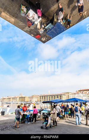 People shopping on the fish market of the Old Port of Marseille, France, next to the Ombriere, the large mirrored sunshade by Norman Foster. - Stock Photo
