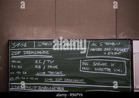 Mainz, Germany. 31st Aug, 2018. The broadcasting times of the various programmes are written on a chalkboard. The Second German Television (ZDF) is one of the largest public broadcasters in Europe with its headquarters in Mainz, the capital of Rhineland-Palatinate. Credit: Andreas Arnold/dpa/Alamy Live News - Stock Photo