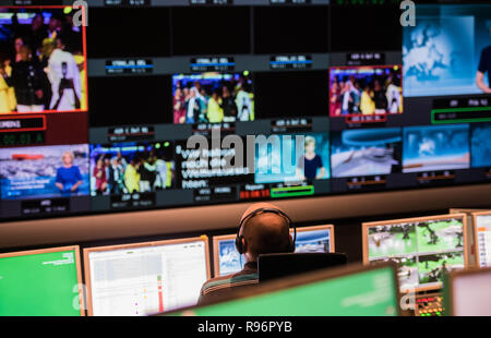Mainz, Germany. 31st Aug, 2018. During a live broadcast, an employee sits in the news control room in front of the monitors. The Second German Television (ZDF) is one of the largest public broadcasters in Europe with its headquarters in Mainz, the capital of Rhineland-Palatinate. Credit: Andreas Arnold/dpa/Alamy Live News - Stock Photo