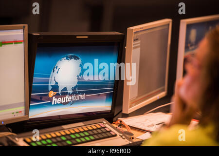 Mainz, Germany. 31st Aug, 2018. During the live broadcast 'heute journal' an employee looks at the monitor in the news control room. The Second German Television (ZDF) is one of the largest public broadcasters in Europe with its headquarters in Mainz, the capital of Rhineland-Palatinate. Credit: Andreas Arnold/dpa/Alamy Live News - Stock Photo
