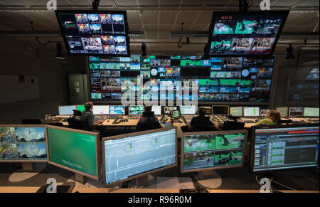 Mainz, Germany. 31st Aug, 2018. During a live broadcast, employees sit in the news control room in front of the monitors. The Second German Television (ZDF) is one of the largest public broadcasters in Europe with its headquarters in Mainz, the capital of Rhineland-Palatinate. Credit: Andreas Arnold/dpa/Alamy Live News - Stock Photo