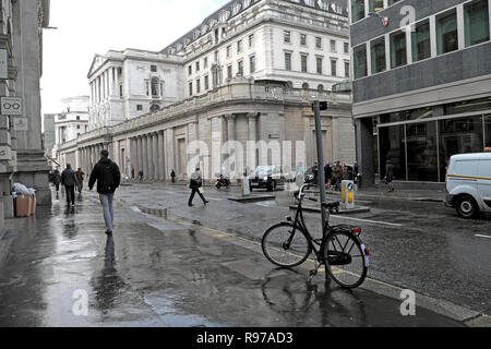 View of the Bank of England in the City of London and street scene with bike and people walking in Threadneedle Street England UK  KATHY DEWITT - Stock Photo