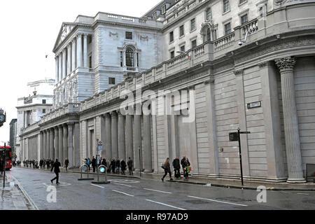 Bank of England on Threadneedle Street  in the City of London and street scene people walking in winter England UK  KATHY DEWITT - Stock Photo