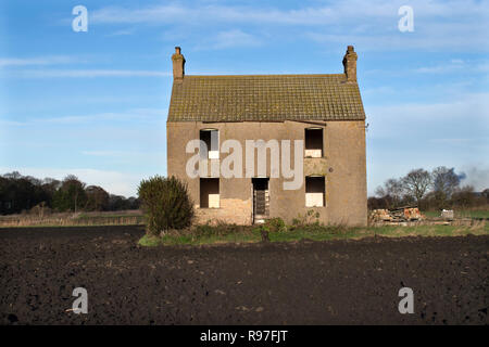 Abandoned farm house rural poverty Fenlands landscape Southerly Norfolk England  UK 2010s HOMER SYKES - Stock Photo