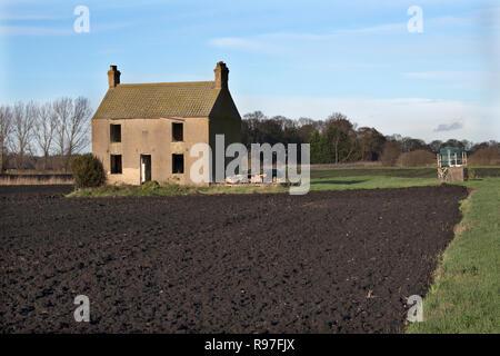 Abandoned farm house rural poverty Fenland landscape Southerly Norfolk England  UK 2010s HOMER SYKES - Stock Photo