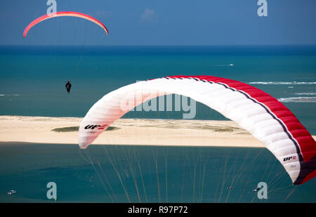 Paragliders over the Banc d'Arguin and the Southern Arcachon Bay Pass (Bassin d'Arcachon (33120), Gironde (33), Aquitaine, France). - Stock Photo