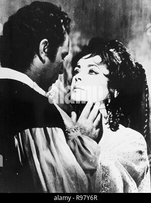 Original film title: DOCTOR FAUSTUS. English title: DOCTOR FAUSTUS. Year: 1967. Director: RICHARD BURTON. Stars: ELIZABETH TAYLOR; RICHARD BURTON. Credit: OXFORD UNIV/NASSAU/VENFILMS/COLUMBIA / Album - Stock Photo