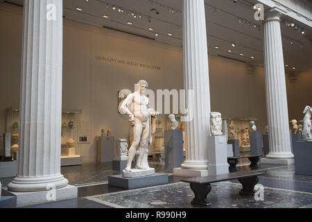 Leon Levy and Shelby White Court Provides Dramatic Centerpiece for Display of the Metropolitan's World-Renowned Classical Art Collection. Greek and Roman Art collection officially opened in 2007. The towering Hercules stands out in the galleries. - Stock Photo