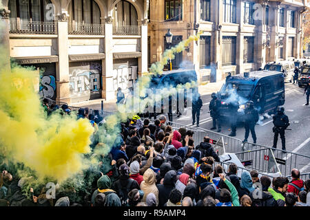 Barcelona, Spain , 21st December 2018. A crowd of protesters for the independence of Catalonia are seen clashing with the police during a pro independence for Catalonia protest. Demonstrators gathered to try and block Spain 's Council of Ministers , following the government's decision to hold a council of ministers in Barcelona, The protest ended by violent clashes between the demonstrators and the police forces. Credit: SOPA Images Limited/Alamy Live News - Stock Photo