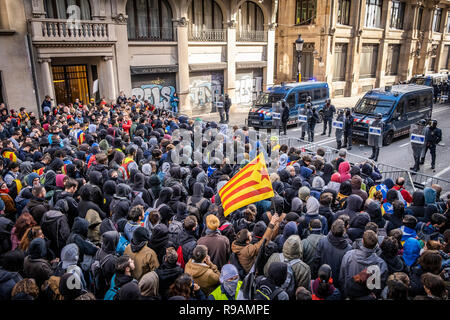 Barcelona, Spain , 21st December 2018. A crowd of protesters for the independence of Catalonia are seen during a pro independence for Catalonia protest. Demonstrators gathered to try and block Spain 's Council of Ministers , following the government's decision to hold a council of ministers in Barcelona, The protest ended by violent clashes between the demonstrators and the police forces. Credit: SOPA Images Limited/Alamy Live News - Stock Photo