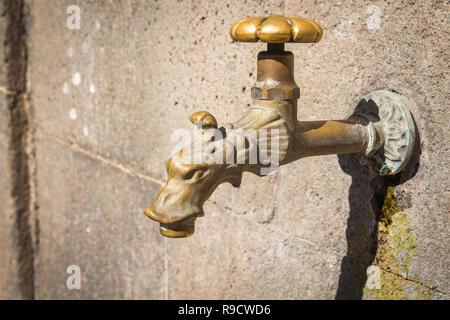 Alter Wasserhahn mit Drachenkopf - Stock Photo
