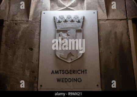 Berlin, Germany. 27th Dec, 2018. 'Amtsgericht Wedding' is written on the sign at the entrance to the district court Wedding. On Thursday morning 27.12.2018 there was a fire in a storeroom in the district court Wedding in Berlin-Gesundbrunnen. The fire broke out in the basement of the building for unknown reasons, a spokesman for the fire brigade said. According to initial findings, electrical appliances were stored in the 20 square metre room. The police deployed around 3:00 a.m. with about 30 troops. Credit: Paul Zinken/dpa/Alamy Live News - Stock Photo