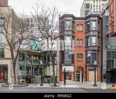 Commercial buildings on Oak Street in the Gold Coast neighborhood - Stock Photo
