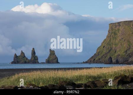 """Felsen, Felsnadeln, Reynisdrangar an der Küste von Vík í Mýrdal, """"Bucht am sumpfigen Tal"""", Vik i Myrdal,  liegt in der isländischen Gemeinde Mýrdalur  - Stock Photo"""