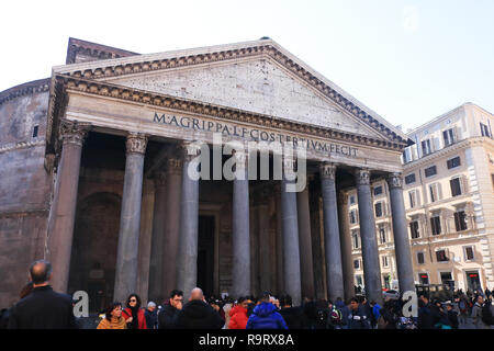 Rome, Italy. 28th Dec, 2018. Italian culture minister Alberto Bonisoli has scrapped plans by the previous government to charge visitors an entry fee into the Pantheon, one of the most visited sites in the city of Rome which attracted 7.4 million visitors in 2017. Former culture minister Dario Franceschini had planned to charge a €2 entry fee to visitors of the Pantheon, following an agreement between the culture ministry and the Rome vicariate Credit: amer ghazzal/Alamy Live News - Stock Photo