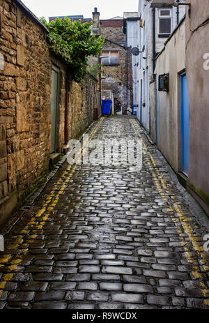 Cobbled back alleyway in the centre of Lancaster, northern Britain - Stock Photo