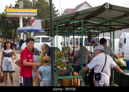 30.08.2016, Olanesti, Rajon Stefan Voda, Republik Moldau - Verkauf von Obst an einer Tankstelle in der Naehe zur ukrainischen Grenze. 00A160830D309CAR - Stock Photo