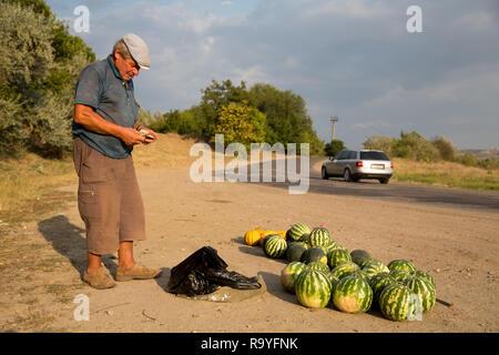 30.08.2016, Causeni, Rajon Causeni, Republik Moldau - Bauer verkauft Melonen an der Landstrasse. 00A160830D440CARO.JPG [MODEL RELEASE: NO, PROPERTY RE - Stock Photo