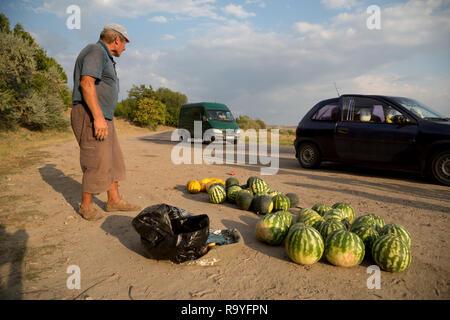 30.08.2016, Causeni, Rajon Causeni, Republik Moldau - Bauer verkauft Melonen an der Landstrasse. 00A160830D452CARO.JPG [MODEL RELEASE: NO, PROPERTY RE - Stock Photo