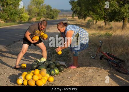 30.08.2016, Causeni, Rajon Causeni, Republik Moldau - Baeuerin verkauft Melonen an der Landstrasse. 00A160830D455CARO.JPG [MODEL RELEASE: NO, PROPERTY - Stock Photo