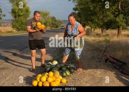 30.08.2016, Causeni, Rajon Causeni, Republik Moldau - Baeuerin verkauft Melonen an der Landstrasse. 00A160830D457CARO.JPG [MODEL RELEASE: NO, PROPERTY - Stock Photo