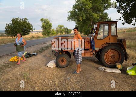 30.08.2016, Causeni, Rajon Causeni, Republik Moldau - Baeuerin verkauft Melonen an der Landstrasse. 00A160830D461CARO.JPG [MODEL RELEASE: NO, PROPERTY - Stock Photo