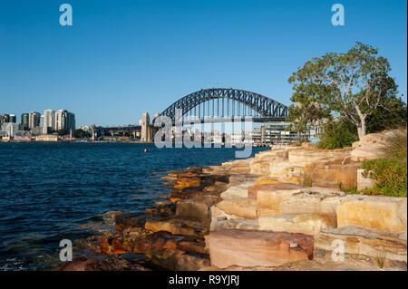17.09.2018, Sydney, New South Wales, Australien - Ein Blick vom Ufer des Millers Point in Barangaroo auf die Sydney Harbour Bridge und Kirribilli in N - Stock Photo