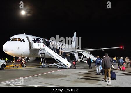 04.12.2017, Berlin, Berlin, Deutschland, Flugpassagiere steigen am Flughafen Berlin-Tegel in eine Maschine der Finnair ein. 00S171204D027CARO.JPG [MOD - Stock Photo