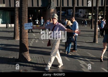 06.05.2018, Sydney, New South Wales, Australien - Ein Mann, der am Circular Quay Gratisumarmungen anbietet. 0SL180506D018CARO.JPG [MODEL RELEASE: NO,  - Stock Photo