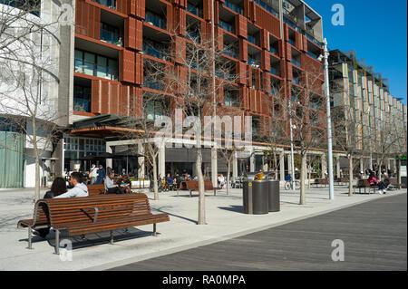 16.09.2018, Sydney, New South Wales, Australien - Ein Blick auf moderne Wohngebaeude der Alexander Residence und Restaurants entlang der Fussgaengerzo - Stock Photo